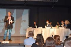 Schulleiter Norbert Schlee-Schüler begrüßt die Teilnehmer